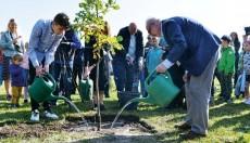 Valsts prezidents atklāj pirmo Laimes koku parku pasaulē